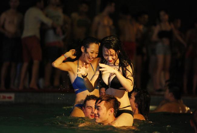 1435464097 cxbh mg 2475 olmc Phái đẹp Tây, Ta gợi cảm diện bikini tại tiệc bể bơi