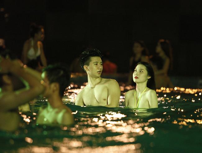 Phái đẹp Tây, Ta gợi cảm diện bikini tại tiệc bể bơi - 16