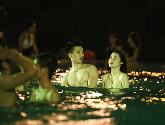1435464097 exwa mg 2659 goop Phái đẹp Tây, Ta gợi cảm diện bikini tại tiệc bể bơi