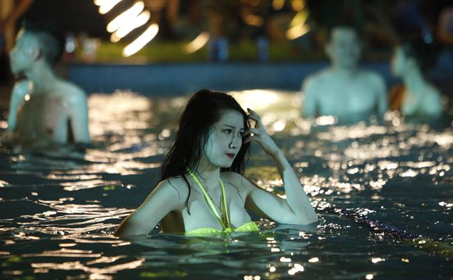 Phái đẹp Tây, Ta gợi cảm diện bikini tại tiệc bể bơi - 17