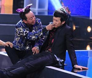 Hoài Linh bị hành hạ trên sân khấu