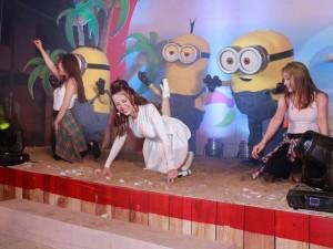 Đông Nhi bò ra sàn, nhảy cùng Minions