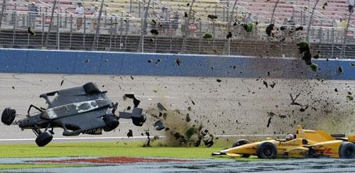 Va chạm hãi hùng, xe đua vỡ nát ở tốc độ 340km/h - 6
