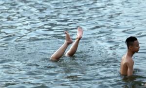 """Nắng nóng, người dân HN liều mình tắm """"hồ tử thần"""""""