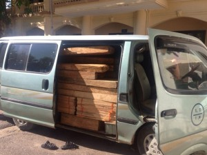 Nhảy khỏi xe cản CSGT để ô tô biển xanh chở gỗ tháo chạy