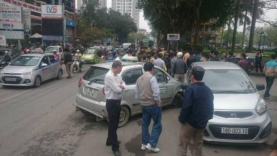 Va chạm, taxi đuổi theo tông trọng thương người đi xe máy - 1