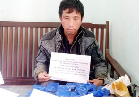 Một cử nhân luật bị bắt vì vận chuyển 3.400 viên ma túy - 1