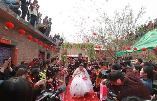 Rơi nước mắt với đám cưới của cô dâu bị liệt - 1
