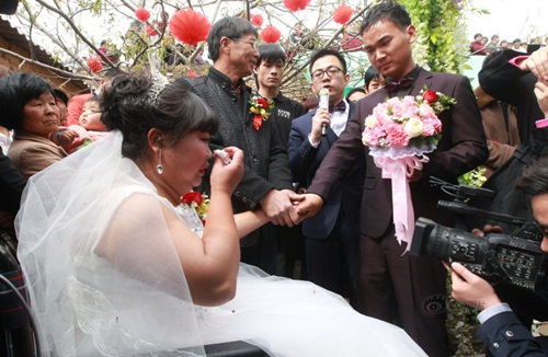 Rơi nước mắt với đám cưới của cô dâu bị liệt - 2