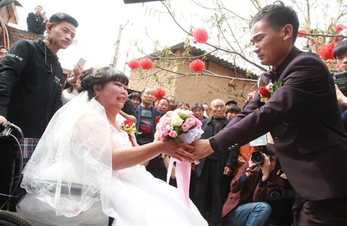 Rơi nước mắt với đám cưới của cô dâu bị liệt - 4