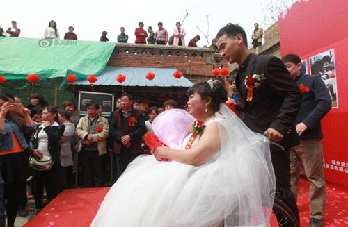 Rơi nước mắt với đám cưới của cô dâu bị liệt - 5