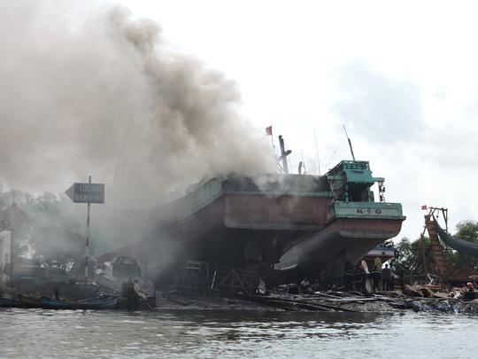 Tàu cá chứa 8.000 lít dầu bốc cháy dữ dội sau tiếng nổ - 1