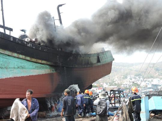 Tàu cá chứa 8.000 lít dầu bốc cháy dữ dội sau tiếng nổ - 2