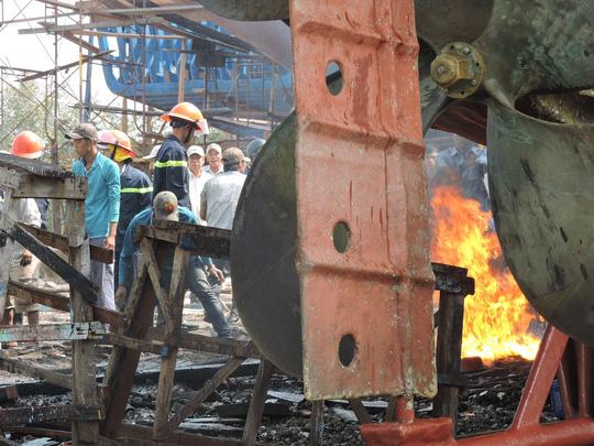 Tàu cá chứa 8.000 lít dầu bốc cháy dữ dội sau tiếng nổ - 3