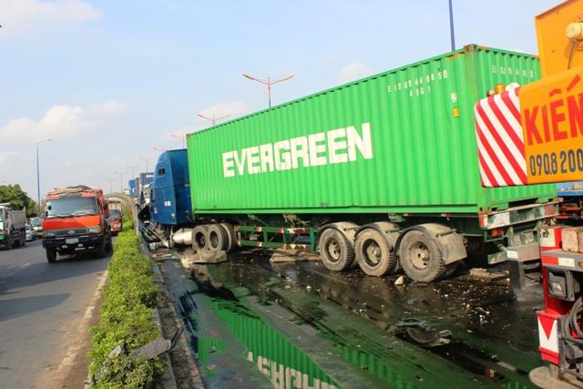 Xe container gây tai nạn liên hoàn giữa TPHCM - 1