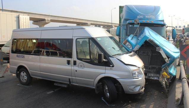 Xe container gây tai nạn liên hoàn giữa TPHCM - 2