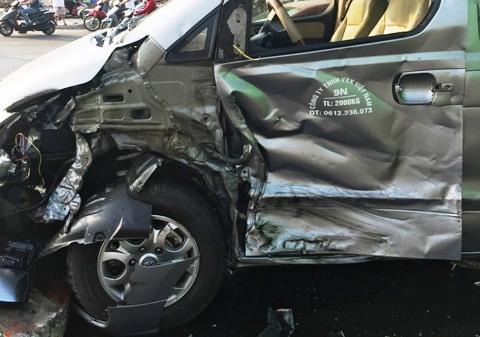 Xe container gây tai nạn liên hoàn giữa TPHCM - 3