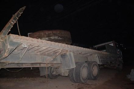Hãi hùng tàu hỏa húc văng xe tải trong đêm - 1
