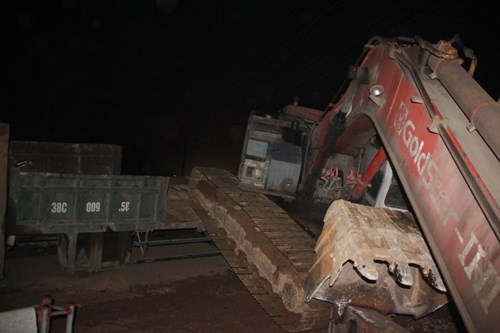 Hãi hùng tàu hỏa húc văng xe tải trong đêm - 2