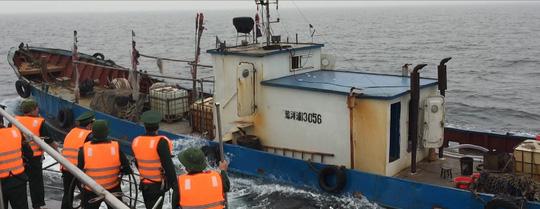 Bắt tàu Trung Quốc xâm phạm chủ quyền biển Việt Nam - 1