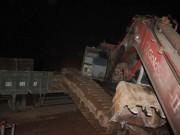 Tin tức trong ngày - Hãi hùng tàu hỏa húc văng xe tải trong đêm