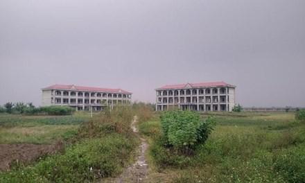 Trường học tiền tỷ bỏ không giữa cánh đồng - 1