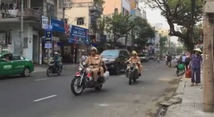 Clip: CSGT Đà Nẵng phát loa nhắc người đi ngược chiều thay vì phạt - 1