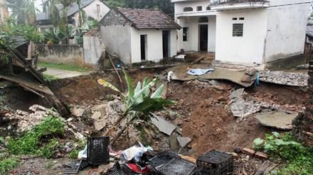 """""""Hố tử thần"""" xuất hiện ở Hà Nội, nhiều hộ dân phải sơ tán - 1"""