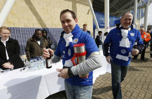 Leicester tặng bánh và bia, mừng sinh nhật ông chủ người Thái - 3