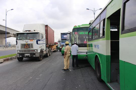 TPHCM: Tai nạn liên hoàn, xa lộ Hà Nội kẹt cứng - 1