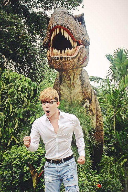 Nathan Lee ăn mừng MV triệu view tại công viên khủng long - 1