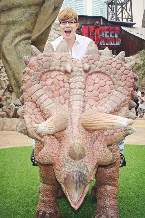 Nathan Lee ăn mừng MV triệu view tại công viên khủng long - 8