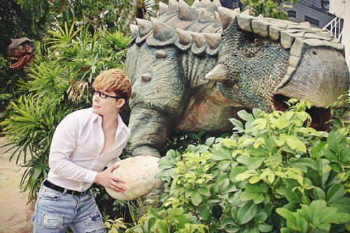 Nathan Lee ăn mừng MV triệu view tại công viên khủng long - 7