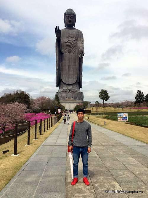 Công Phượng bảnh bao mặc vest xem bóng đá Nhật Bản - 3