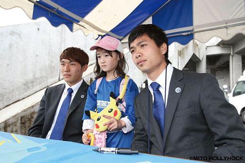 Công Phượng bảnh bao mặc vest xem bóng đá Nhật Bản - 1