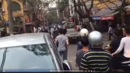 Công an nổ súng giải tán đám đông giữa Thủ đô - 1