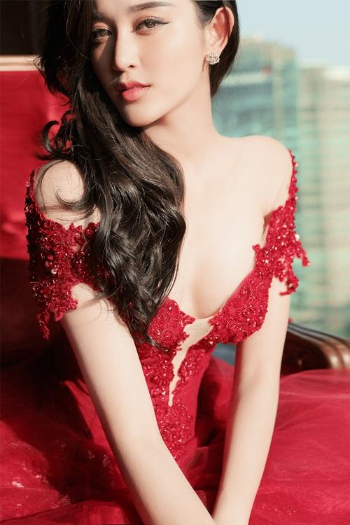 Á hậu Huyền My lấp ló ngực đầy với váy bồng quyến rũ - 2