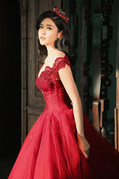 Á hậu Huyền My lấp ló ngực đầy với váy bồng quyến rũ - 5