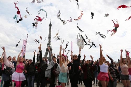 Hàng trăm phụ nữ tung áo ngực lên trời - 1