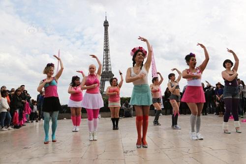 Hàng trăm phụ nữ tung áo ngực lên trời - 2