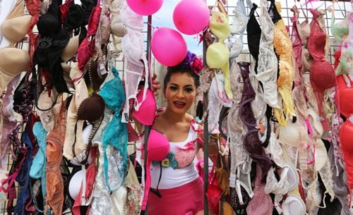 Hàng trăm phụ nữ tung áo ngực lên trời - 5