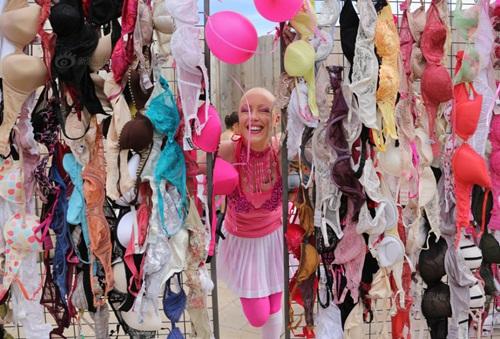 Hàng trăm phụ nữ tung áo ngực lên trời - 6