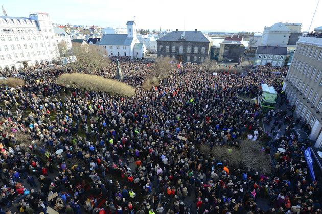 Dân phẫn nộ xuống đường đòi Thủ tướng Iceland từ chức - 1