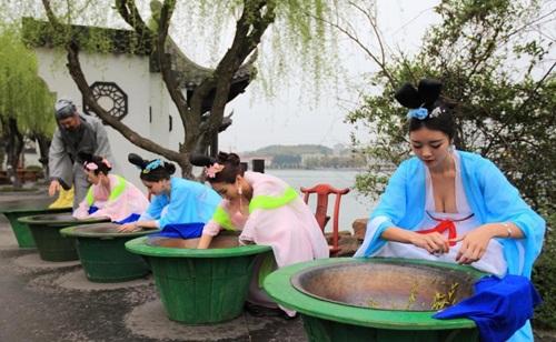 Thiếu nữ Trung Quốc ăn mặc nóng bỏng đi hái trà - 5