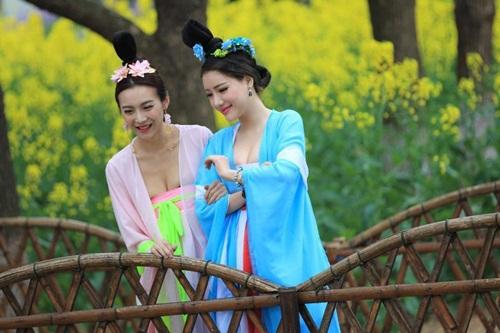 Thiếu nữ Trung Quốc ăn mặc nóng bỏng đi hái trà - 6