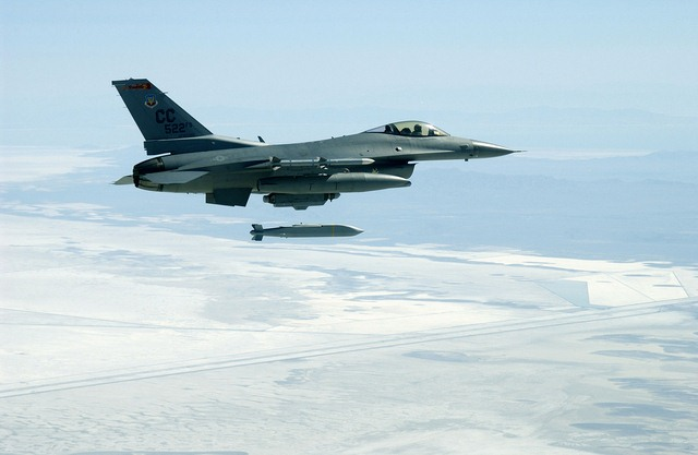 Máy bay chiến đấu F-35 ném thử siêu bom 4,5 tạ - 3