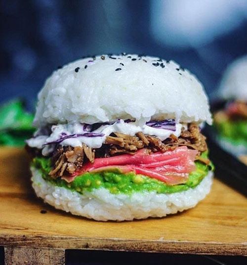 """Giới trẻ """"phát sốt"""" với burger nhân sushi kiểu mới - 1"""