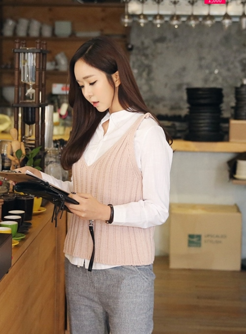 Áo len cổ tim không tay với màu hồng pastel ngọt ngào mang tính ứng dụng cực cao chắc chắn sẽ làm hài lòng các cô gái