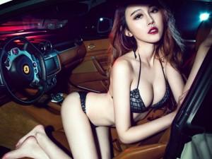 Xốn xang trước thân hình nóng bỏng của kiều nữ bên Ferrari