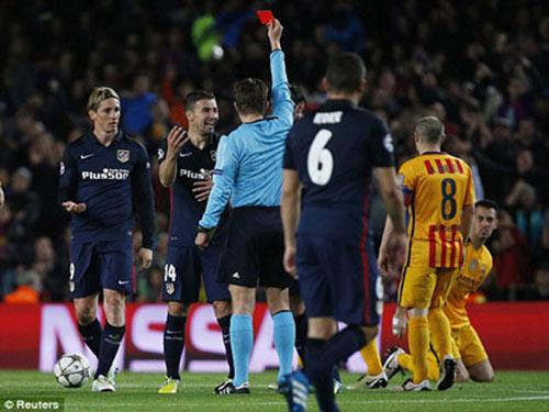 Simeone cay cú với thẻ đỏ của Torrres - 1